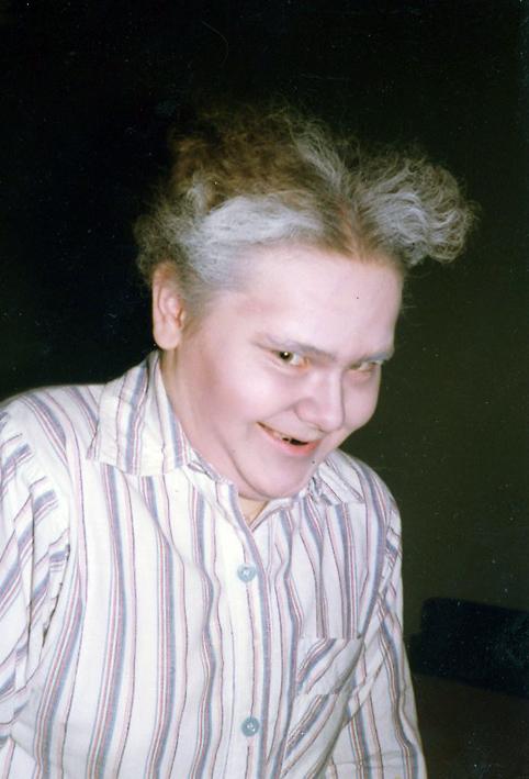 En tonåring sminkad till gammal tandlös gumma